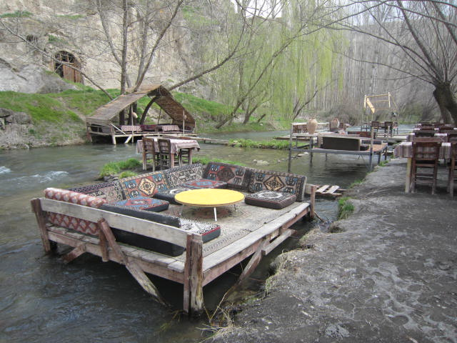 """""""Floating"""" restaurant, how'd you like to eat here?"""