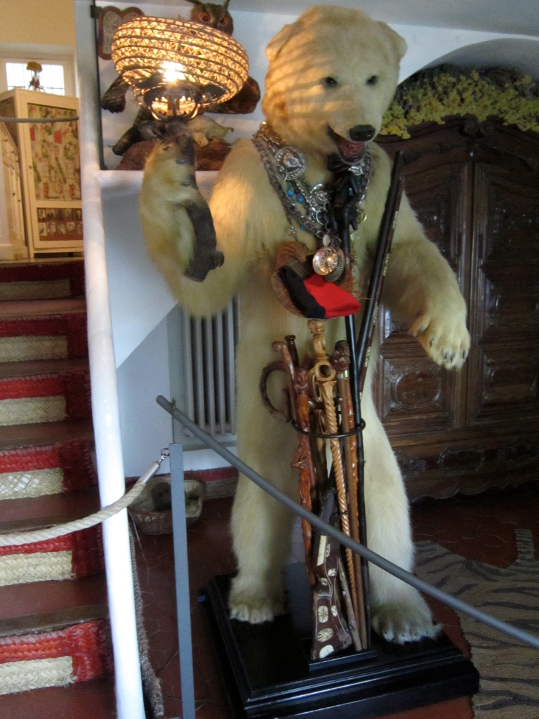 Interesting bear at the entrance to the house