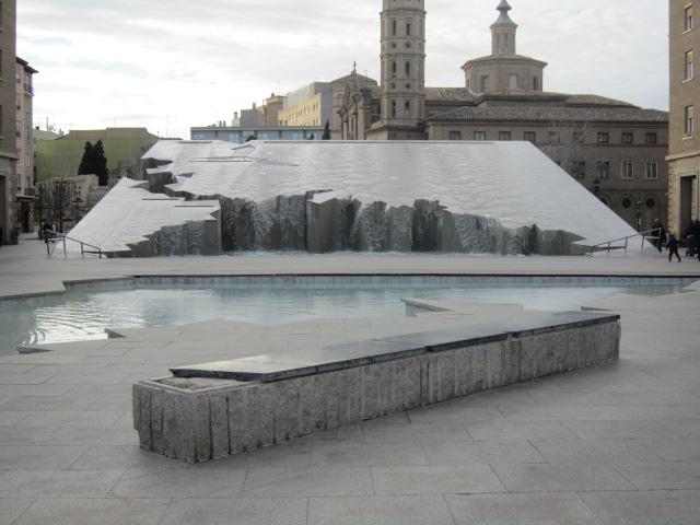 Waterfountain-esk art in Zaragoza