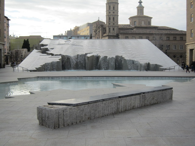 Waterfountain-esk art in Zaragoza